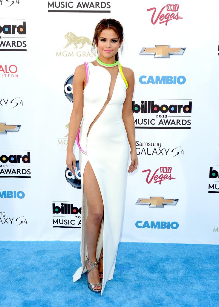 Dünyaca ünlü şarkıcı ve oyuncu Selena Gomez'in cesur giyimi olay oldu, Galeriyi görüntülemek için tıklayın.