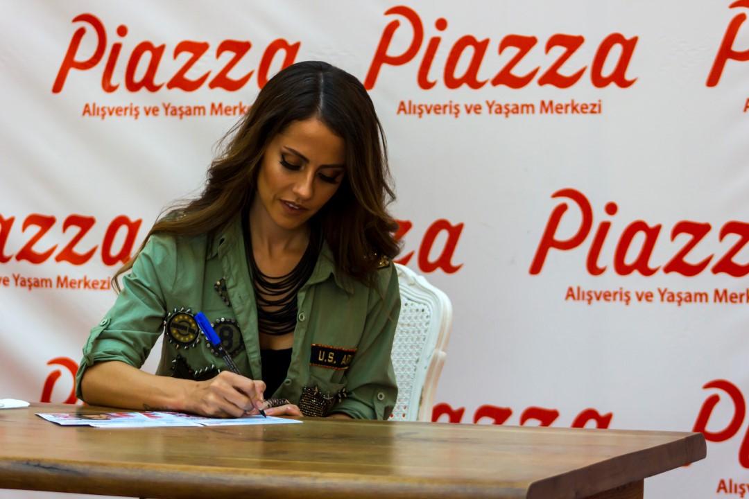 Başarılı türk şarkıcı Derya Uluğ güzelliği ve düzgün fiziği ile imza gününde dikkatleri üzerine çekti, Foto galeriyi görüntülemek için tıklayın.