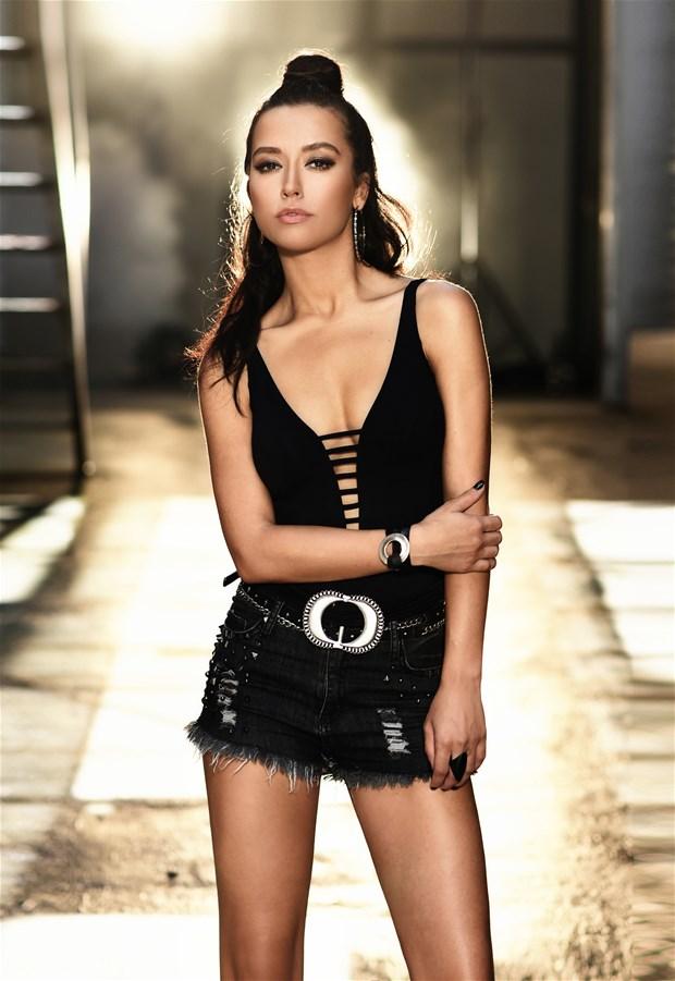 Güzel ve başarılı türk pop şarkıcısı Tuğba Yurt yeni klibi için giydiği sexy elbisesi ile dikkatleri üzerine çekmeyi başardı, Foto galeri için tıklayın.