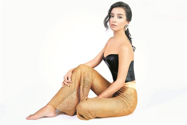 Güzel ve başarılı türk pop şarkıcısı Tuğba Yurt düzgün fiziği ve iddaalı giyimi ile büyülemeye devam ediyor, Foto galeriyi görüntülemek için tıklayın.