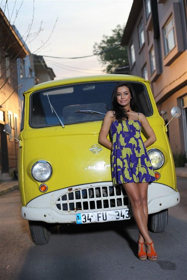 Başarılı türk pop şarkıcısı Tuğba Yurt düzgün güzel fiziği ile göz dolduruyor, Foto galeriyi görüntülemek için tıklayın.