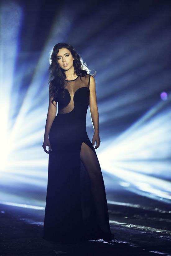Güzel ve başarılı türk pop şarkıcısı Tuğba Yurt sexy siyah elbisesi ile göz kamaştırıyor. Foto galeriyi görüntülemek için tıklayın.
