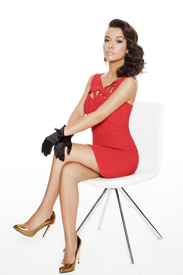 Güzel ve başarılı türk pop şarkıcısı Tuğba Yurt sexy kırmızı elbisesi ile poz verdi. Foto galeriyi görüntülemek için tıklayın.