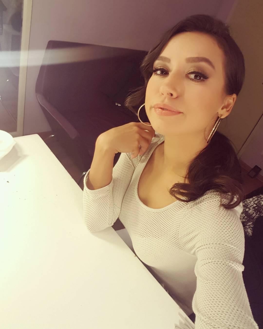 Güzel ve başarılı türk şarkıcı Tuğba Yurt sosyal medya hesabından cesur ve sexy paylaşımlarına devam ediyor. Foto galeriyi görüntülemek için tıklayın.