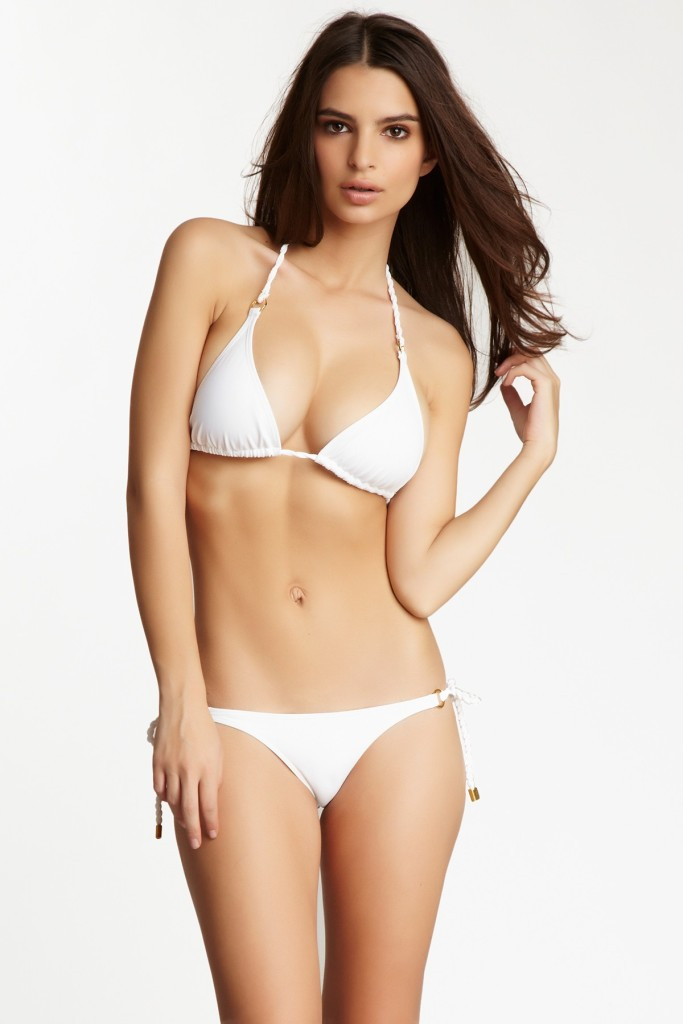 Başarılı ve güzel model Emily Ratajkowski sexy beyaz bikinisi ile verdiği pozlar yürek hoplatıyor. HD foto galeriyi görüntülemek için buraya tıklayın.