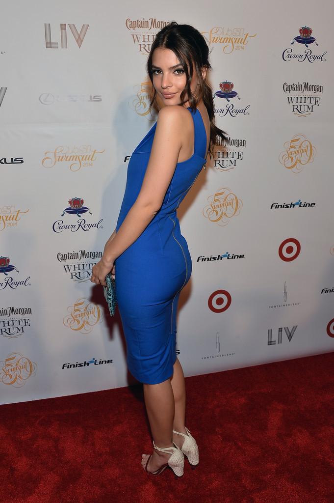 Dünyaca ünlü model Emily Ratajkowski seksi mavi elbisesi ve güzel fiziği ile katıldığı ödül töreninde büyüledi. Foto galeriyi görüntülemek için buraya tıklayın.