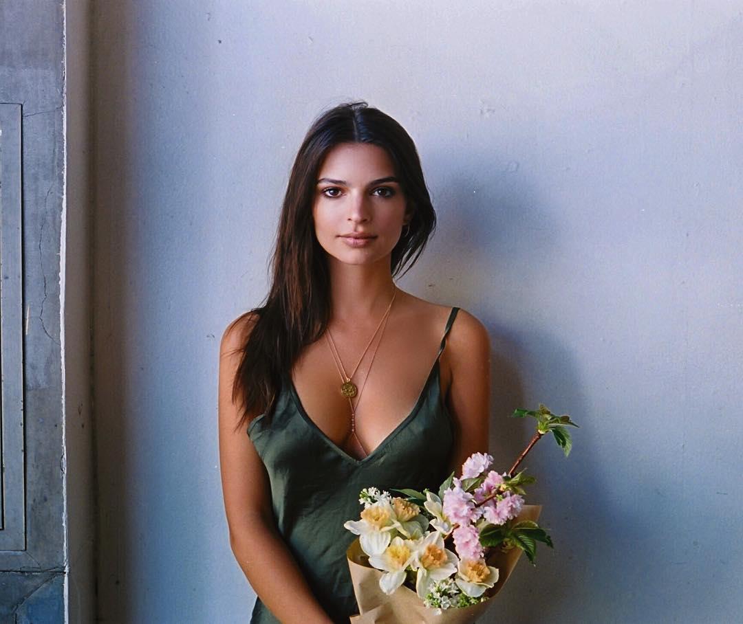 Dünyaca ünlü başarılı ve güzel model Emily Ratajkowski sexy göğüs dekolteli kıyafeti ile çok cesur pozlar paylaştı. HD foto galeriyi görüntülemek için buraya tıklayın.