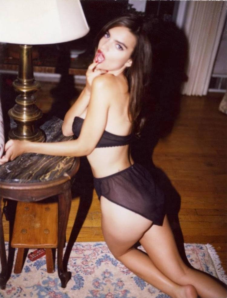 Başarılı oyuncu ve model Emily Ratajkowski sexy siyah iç çamaşırları ile verdiği cesur pozlar çok konuşulacak. Foto galeriyi görüntülemek için buraya tıklayın.