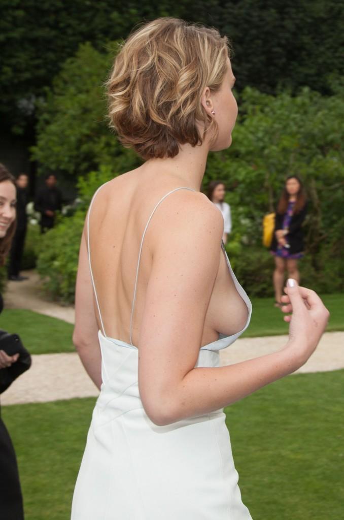 Dünyaca ünlü oyuncu Jennifer Lawrence giydiği sexy elbisesi yüzünden frikik üstüne frikik verdi. HD foto galeriyi görüntülemek için buraya tıklayın.