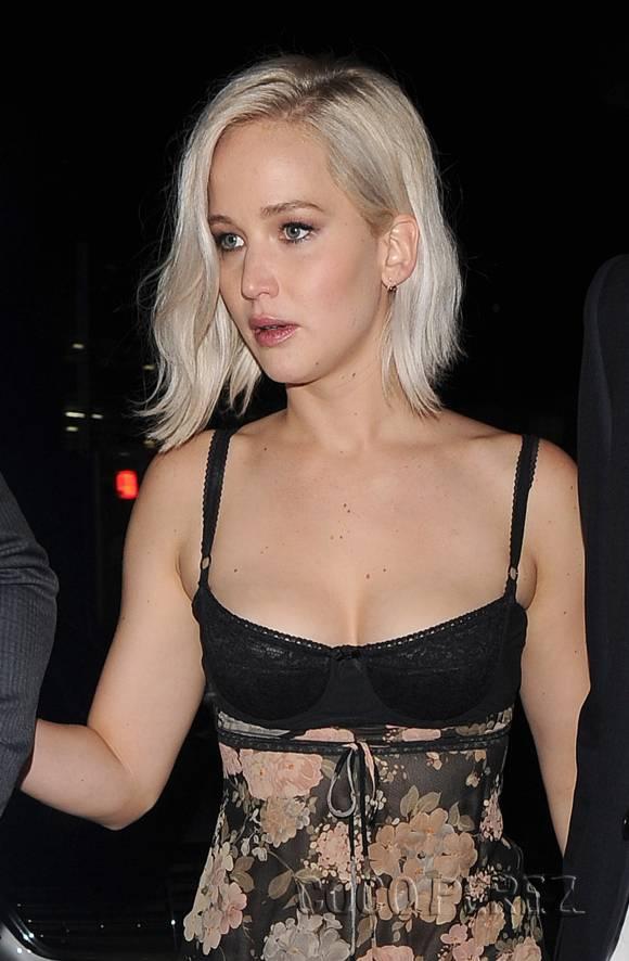 Dünyaca ünlü başarılı ve güzel oyuncu Jennifer Lawrence göğüs dekolteli sexy siyah elbisesi ile göz kamaştırdı. Foto galeriyi görüntülemek için buraya tıklayın.