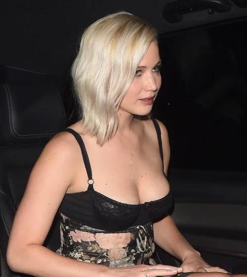 Dünyaca ünlü başarılı ve güzel oyuncu Jennifer Lawrence derin göğüs dekolteli seksi siyah elbisesi ile yürek hoplattı. Foto galeriyi görüntülemek için buraya tıklayın.