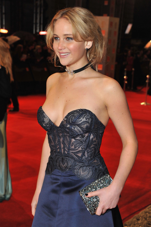 Dünyaca ünlü başarılı ve güzel oyuncu Jennifer Lawrence derin göğüs dekolteli sexy elbisesi ile yürek hoplattı. Foto galeriyi görüntülemek için buraya tıklayın.