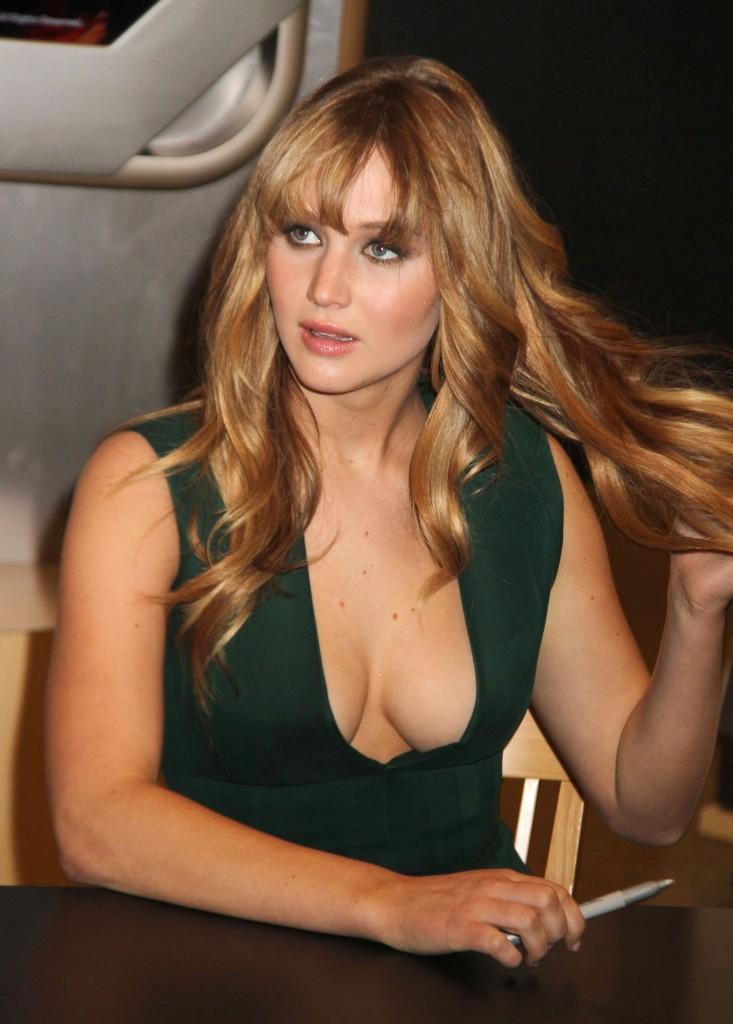 Dünyaca ünlü başarılı ve güzel oyuncu Jennifer Lawrence imza töreninde giydiği derin göğüs dekolteli sexy yeşil elbisesi ile göz kamaştırdı. Foto galeri için tıklayın.