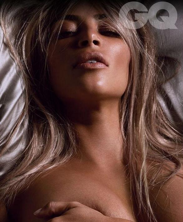 Dünyaca ünlü magazin yıldızı Kim Kardashian çırılçıplak soyunup yatakta sexy cesur pozlar verdi. Foto galeriyi görüntülemek için buraya tıklayın.