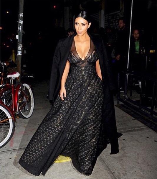 Başarılı top model Kim Kardashian derin göğüs dekolteli sexy siyah elbisesi ile görenleri kendine hayran etti. Foto galeriyi görüntülemek için tıklayın.
