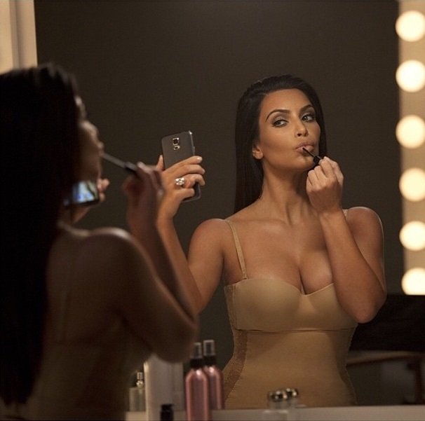 Sexy kalçalı kadın lakaplı Kim Kardashian göğüslerini öne çıkartan cesur paylaşımlarına Instagram hesabından aralıksız devam ediyor. Galeri için tıklayın.