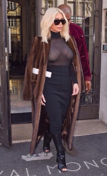 Dünyaca ünlü magazin starı Kim Kardashian sexy transparan elbisesi ile tüm dikkatleri üzerine çekmeyi başardı. Foto galeriyi görüntülemek için buraya tıklayın.