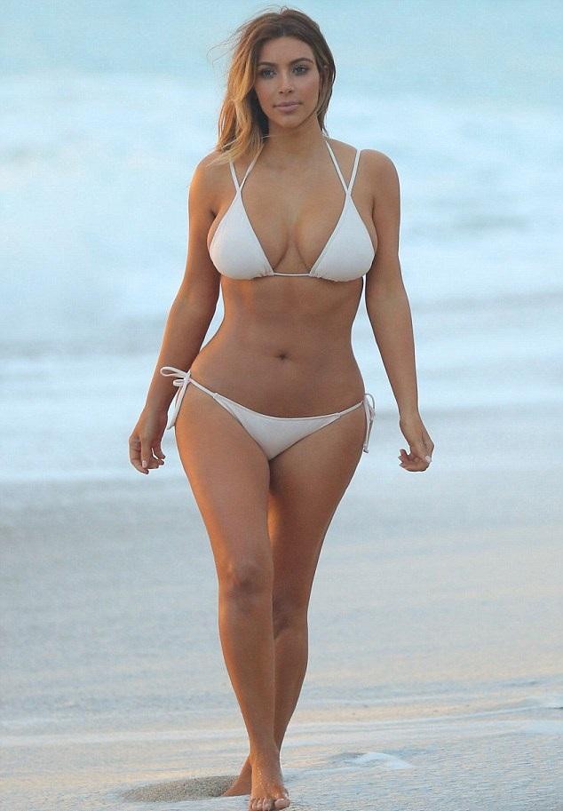 Dünyaca ünlü model olan Kim Kardashian seksi beyaz bikinisi ile görenleri kendisine hayran etti. HD foto galerisini görüntülemek için buraya tıklayın.