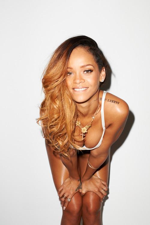 Dünyaca ünlü başarılı şarkıcı Rihanna verdiği cesur ve sexy pozlarla gündemde kalmaya devam ediyor. Foto galeriyi görüntülemek için buraya tıklayın.
