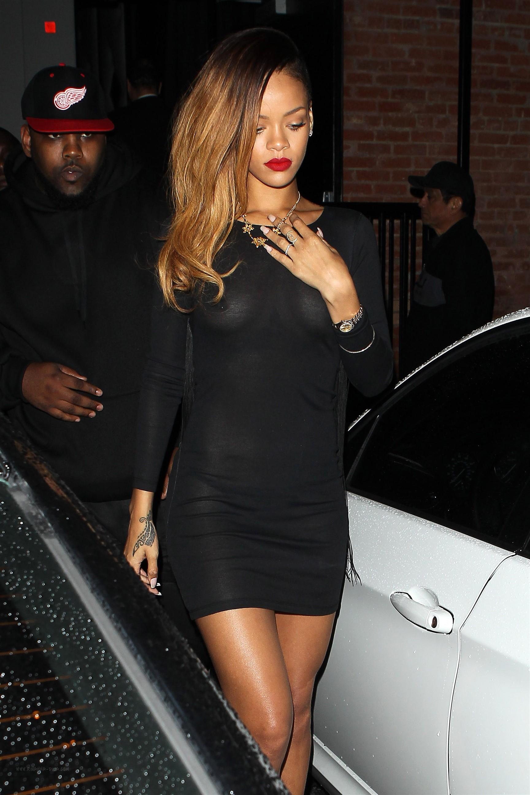 Dünyaca ünlü şarkıcı Rihanna sütyensiz giydiği seksi siyah elbisesi ile frikik üstüne frikik verdi. Foto galeriyi görüntülemek için buraya tıklayın.