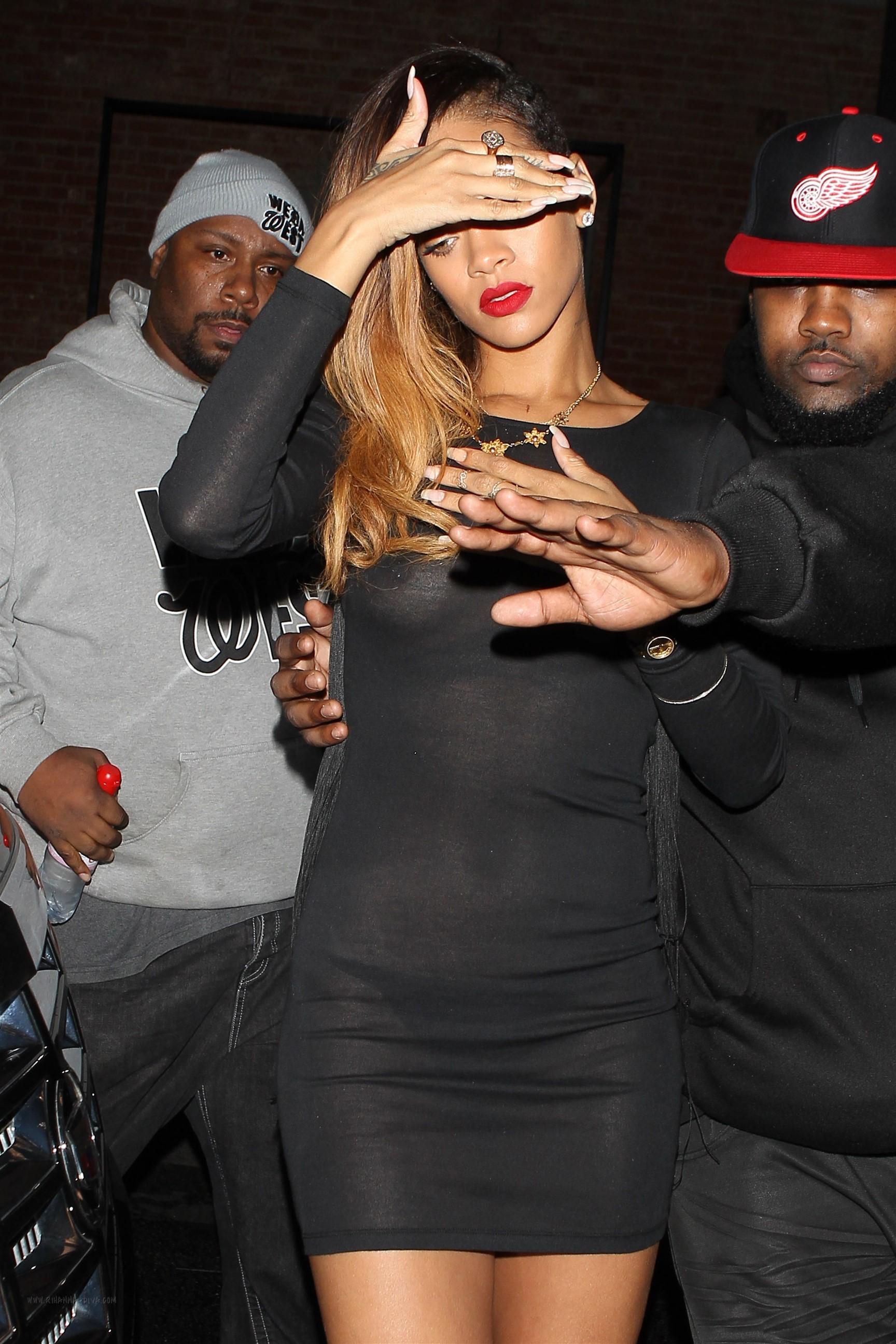 Başarılı şarkıcı Rihanna sütyensiz giydiği sexy siyah elbisesi ile frikik vermekten kaçamadı, HD foto galeriyi görüntülemek için buraya tıklayın.