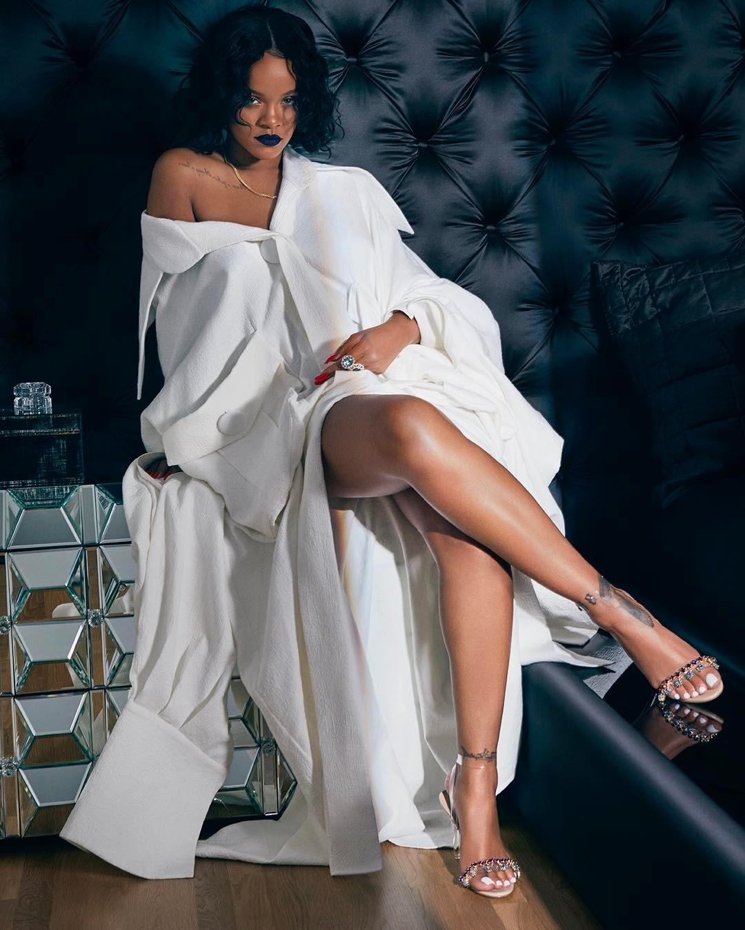 Başarılı yabancı şarkıcı Rihanna sexy kıyafetleri ile kamera karşısına geçip çok cesur pozlar verdi. Foto galeriyi görüntülemek için buraya tıklayın.