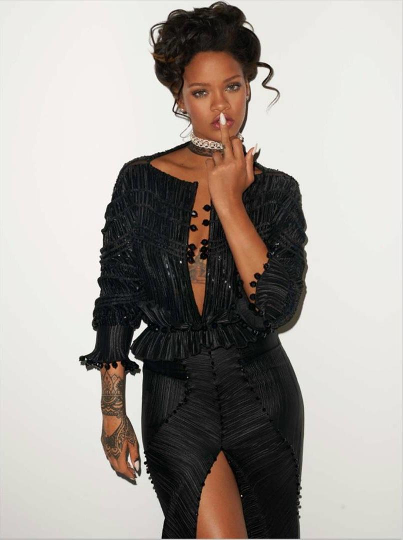 Dünyaca ünlü başarılı şarkıcı Rihanna sexy siyah elbisesi ile çok cesur pozlar verdi. Foto galeriyi görüntülemek için buraya tıklayın.