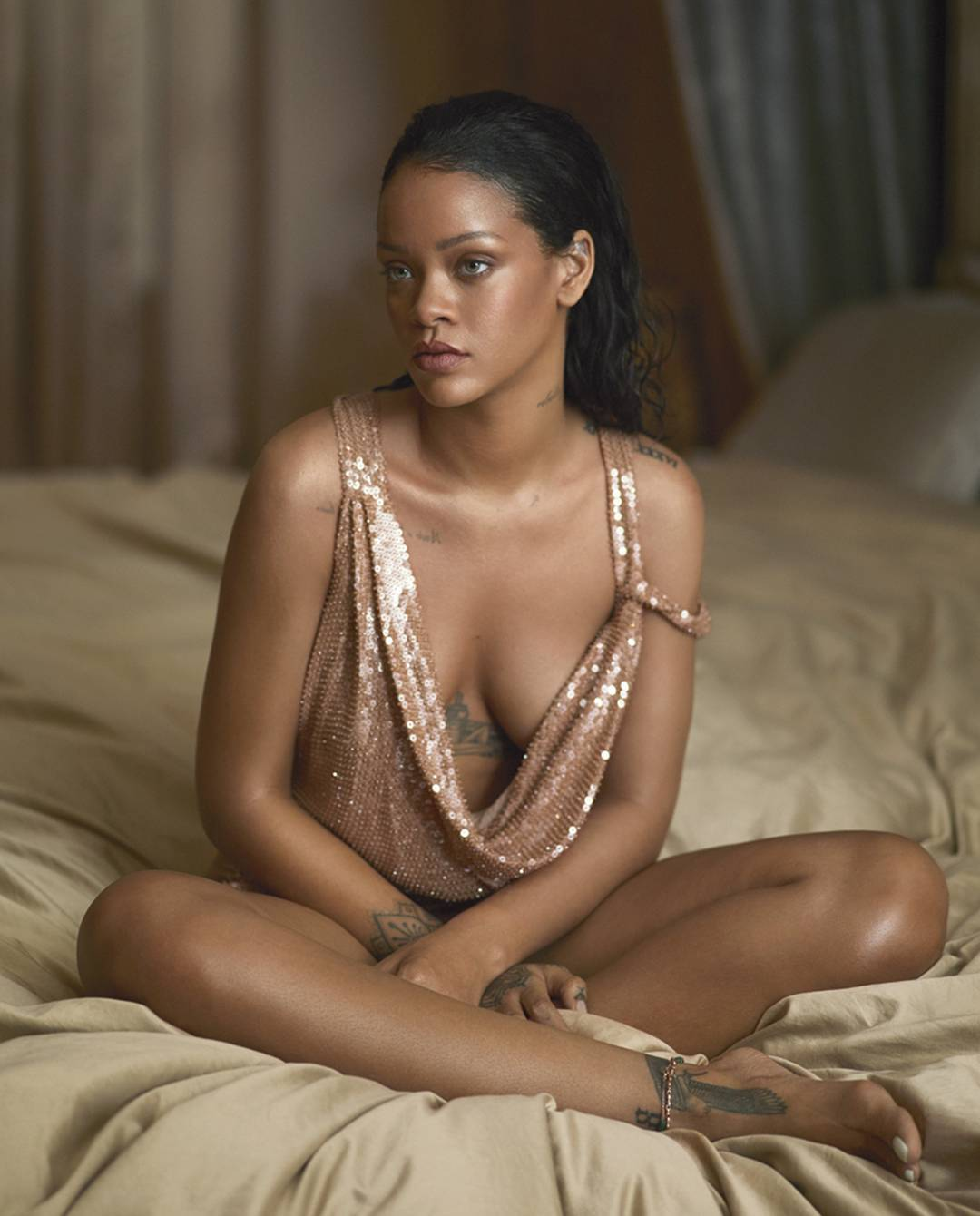 Dünyaca ünlü şarkıcı Rihanna yatakta derin göğüs dekolteli sexy elbisesi ile çok cesur pozlar verdi. Foto galeriyi görüntülemek için buraya tıklayın.