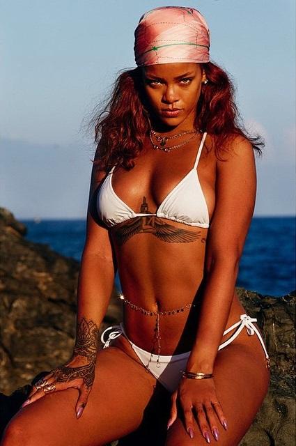 Dünyaca ünlü şarkıcı Rihanna sexy beyaz bikinisi ile çok cesur pozlar verdi, Güzel fiziği ile büyüledi. Foto galeriyi görüntülemek için buraya tıklayın.