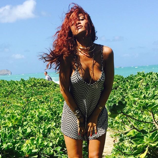 Başarılı pop şarkıcı Rihanna tatil için gittiği adada sexy kıyafetleri ile cesur pozlar paylaşmaya devam ediyor. Foto galeriyi görüntülemek için buraya tıklayın.