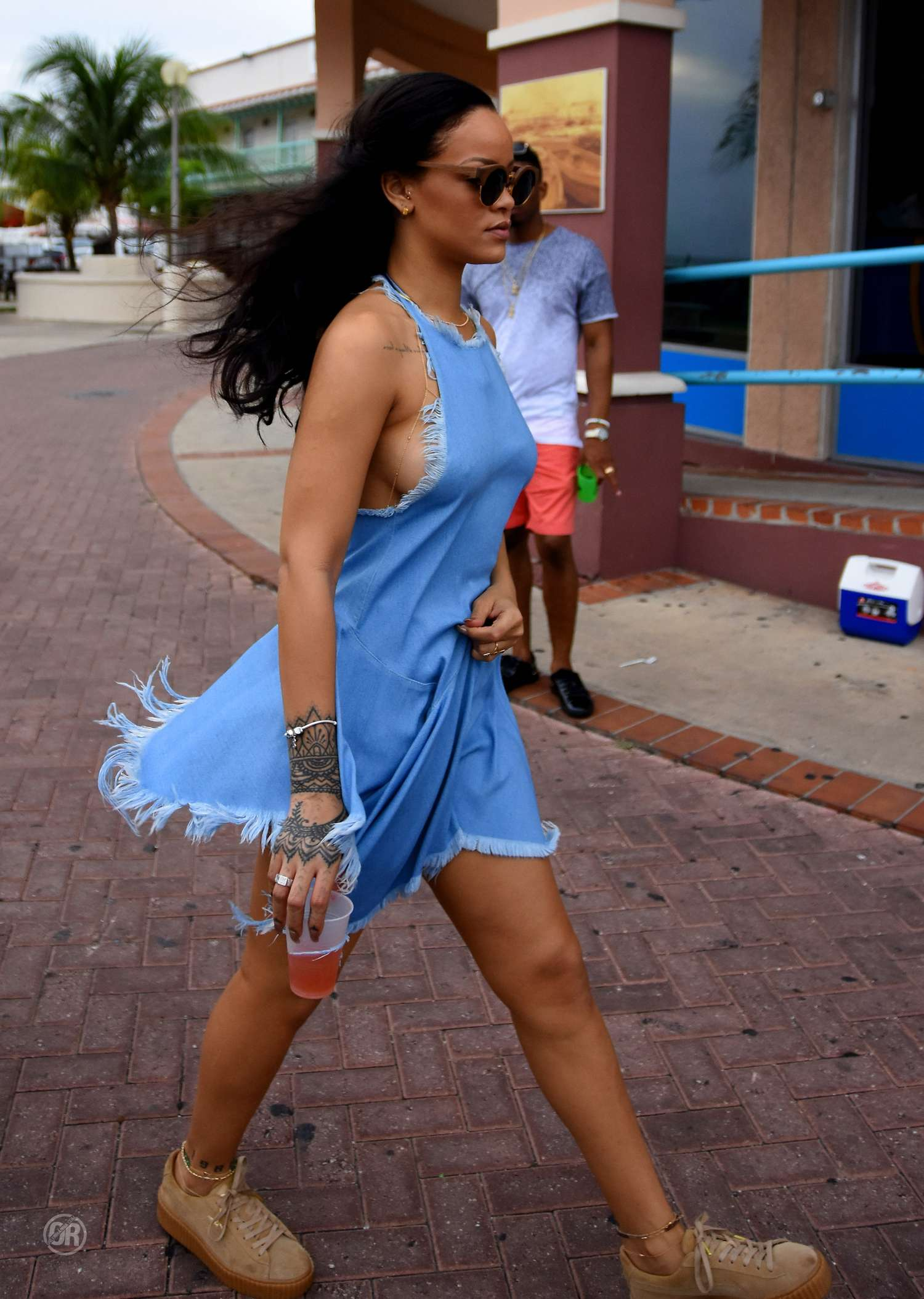 Dünyaca ünlü başarılı şarkıcı Rihanna sexy mavi elbisesi ile görenleri kendisine hayran etti. HD foto galeriyi görüntülemek için buraya tıklayın.