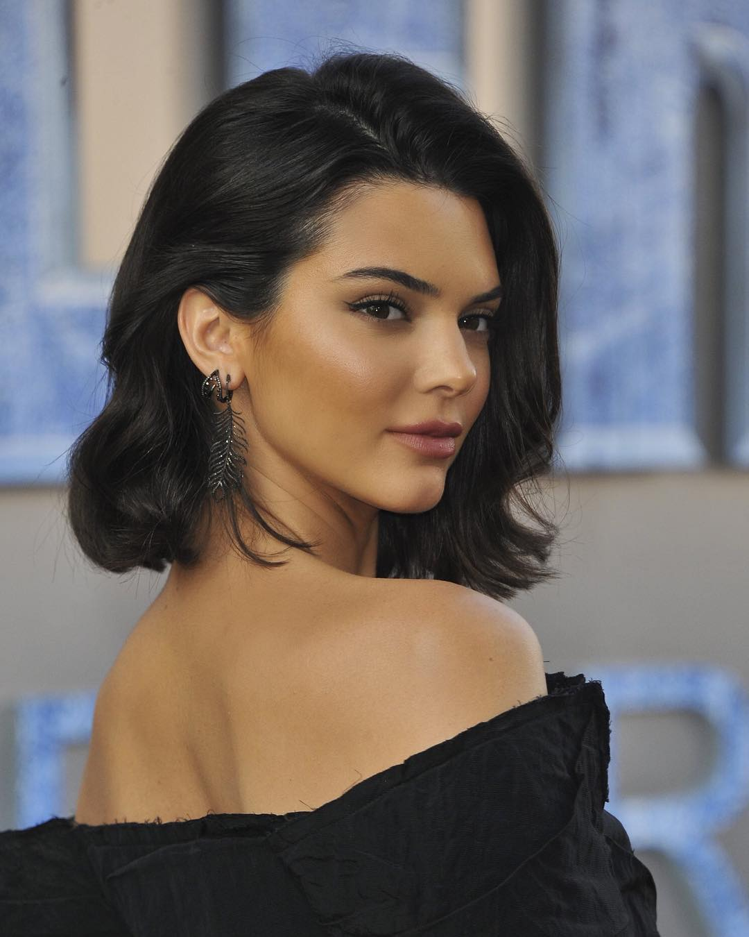 Başarılı model Kendall Jenner sexy siyah elbisesi ve kusursuz güzelliği ile tüm dikkatleri üzerine çekmeyi başardı. HD foto galeriyi görüntülemek için tıklayın.