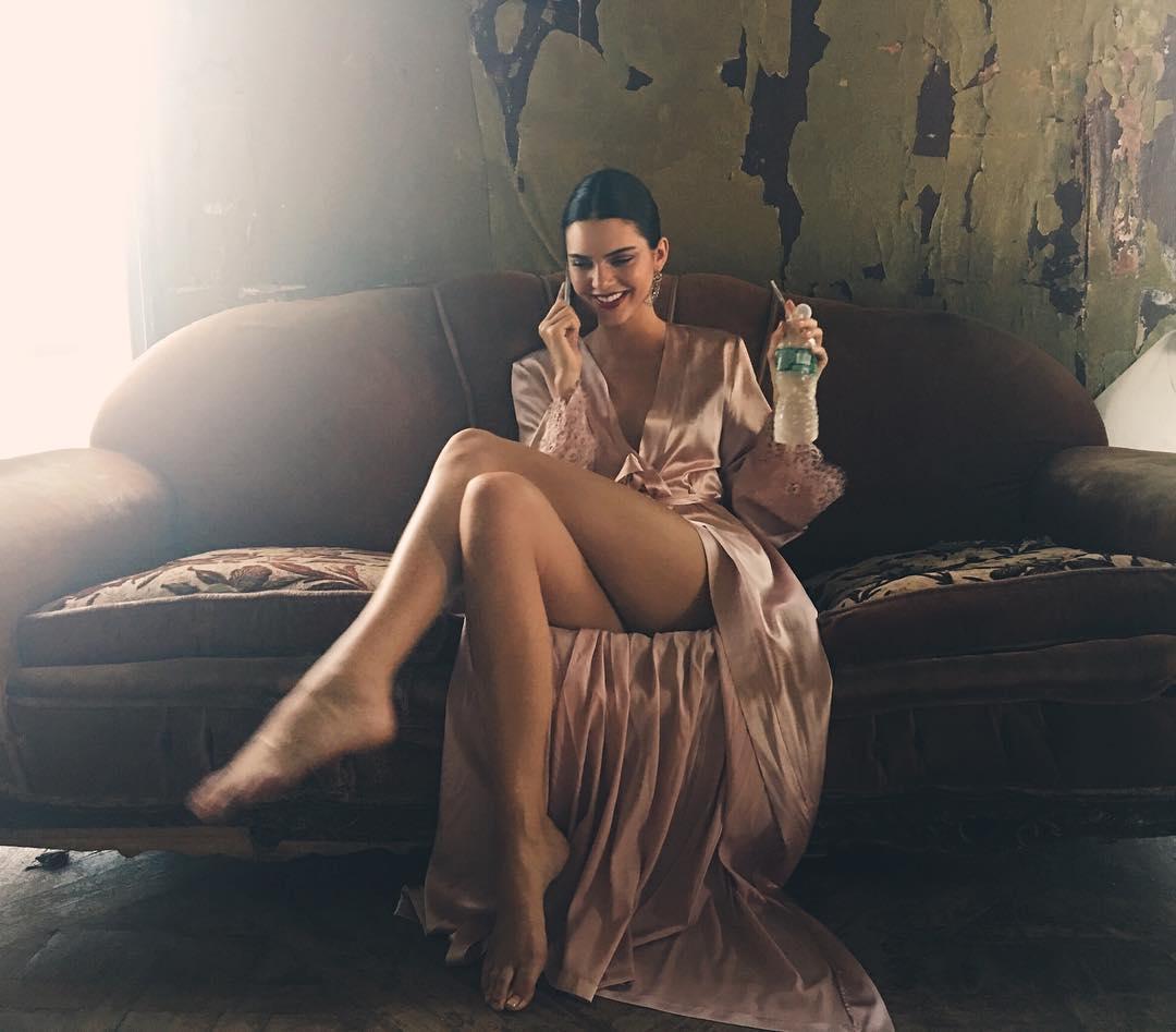 Güzel ve başarılı model Kendall Jenner Instagram hesabından paylaştığı sexy cesur pozlarla ortalığı karıştırdı. HD foto galeriyi görüntülemek için buraya tıklayın.