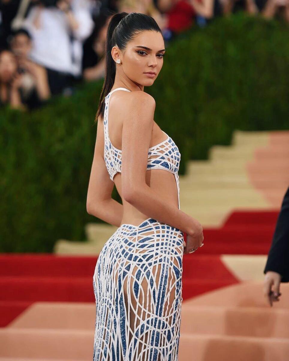 Başarılı model Kendall Jenner sexy kıyafeti ile katıldığı ödül töreninde tüm dikkatleri üzerine çekmeyi başardı. HD foto galeriyi görüntülemek için buraya tıklayın.