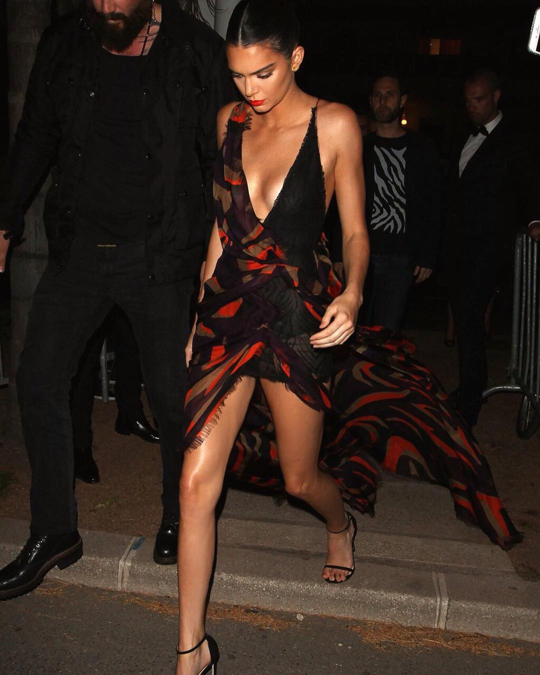 Güzel model Kendall Jenner sexy derin göğüs dekolteli elbisesi ile yürekleri ağza getirtti. HD foto galeriyi görüntülemek için buraya tıklayın.