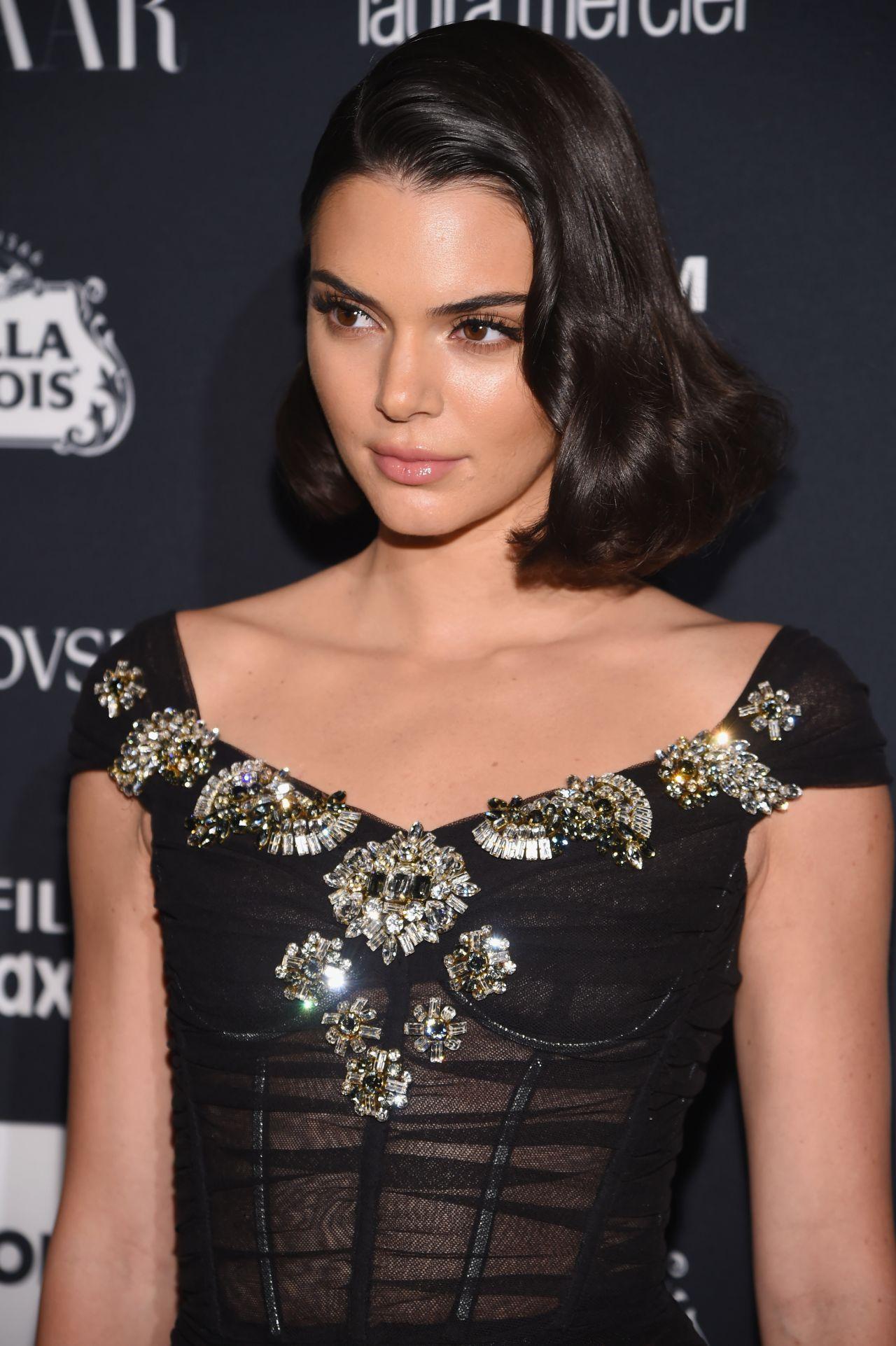 Güzel ve başarılı model Kendall Jenner sexy siyah elbisesi ile herkesi büyüledi. HD foto galeriyi görüntülemek için buraya tıklayın.