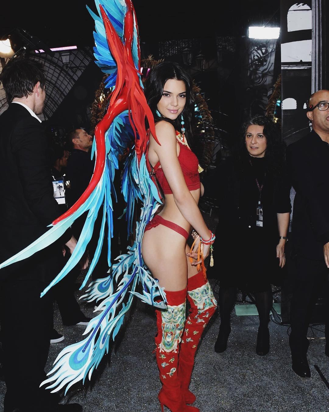 Dünyaca ünlü güzel model Kendall Jenner Victoria's Secret defilesi için sexy kıyafeti ile podyuma çıktı. HD foto galeriyi görüntülemek için buraya tıklayın.