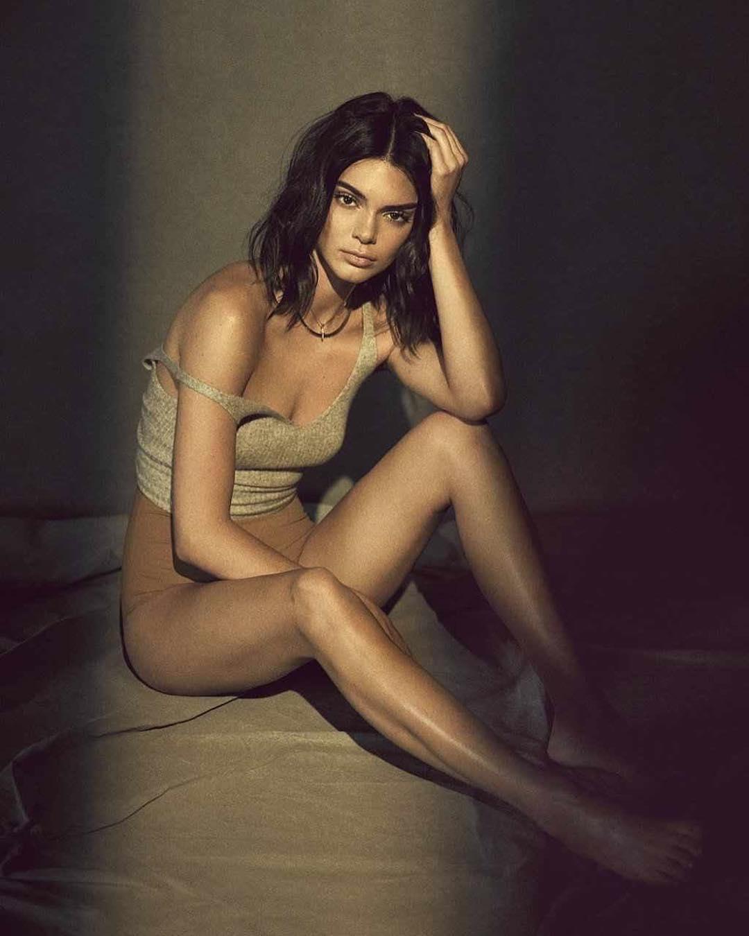 Dünyaca ünlü güzel model Kendall Jenner Instagram hesabından sexy paylaşımlarına devam ediyor. HD foto galeriyi görüntülemek için buraya tıklayın.