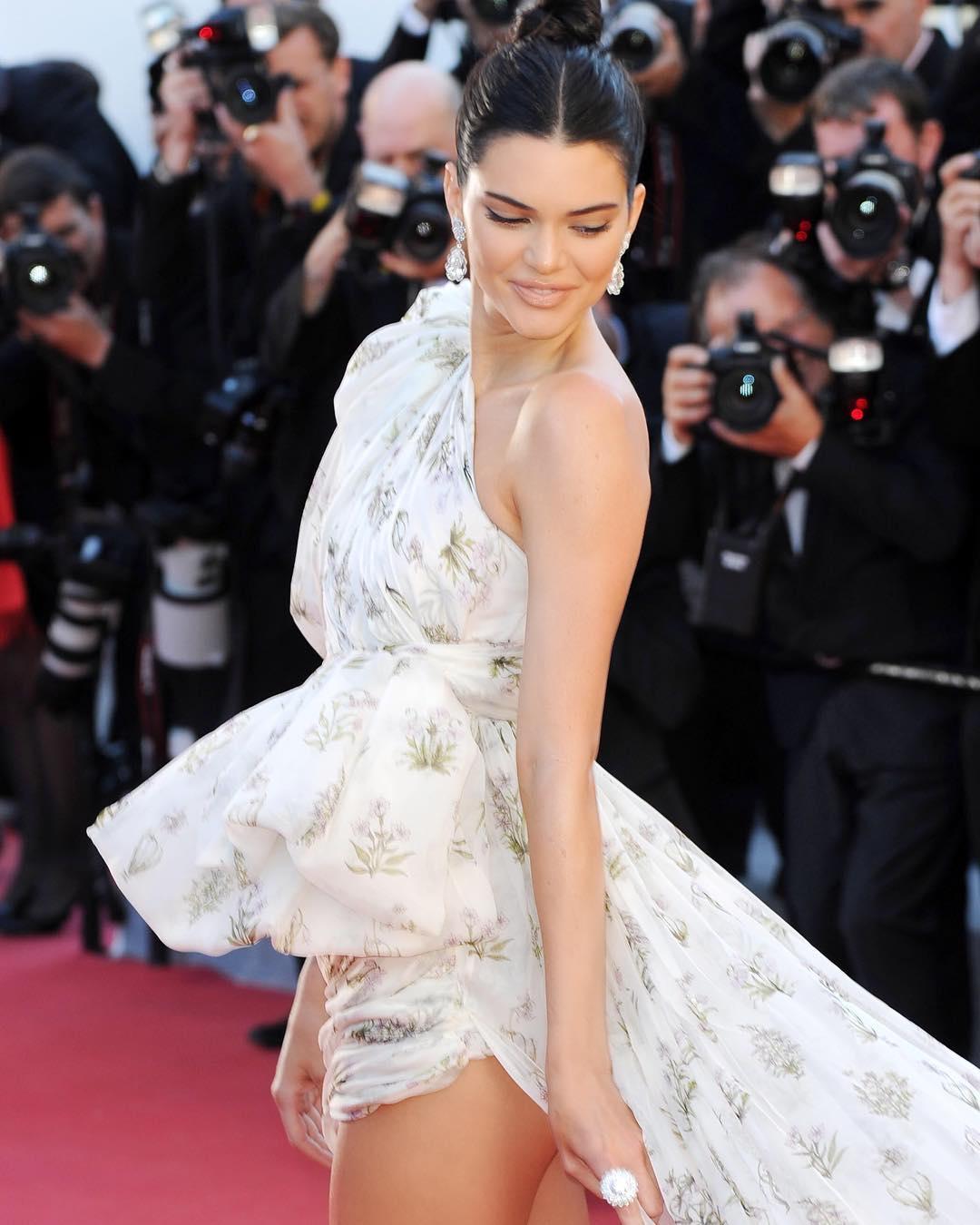 Dünyaca ünlü model Kendall Jenner sexy elbisesi ve kusursuz güzelliği ile yürek hoplattı. Resim arşivi foto galeri görüntüle, HD albüm 2017.