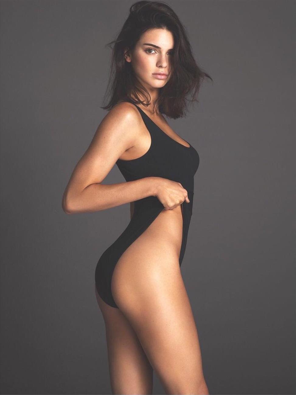 Dünyaca ünlü güzel ve başarılı model Kendall Jenner sexy siyah mayosu ile çok cesur pozlar verdi. HD foto galeriyi görüntülemek için buraya tıklayın.