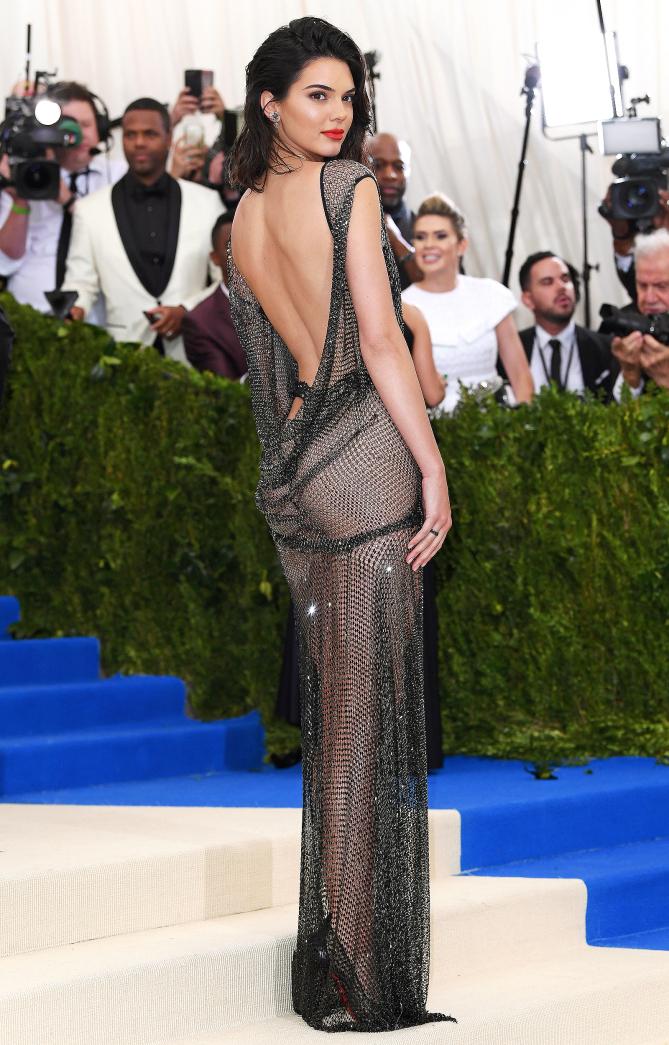 Dünyaca ünlü güzel model Kendall Janner sexy transparan elbisesi ile yürekleri hoplattı. HD foto galeriyi görüntülemek için buraya tıklayın.