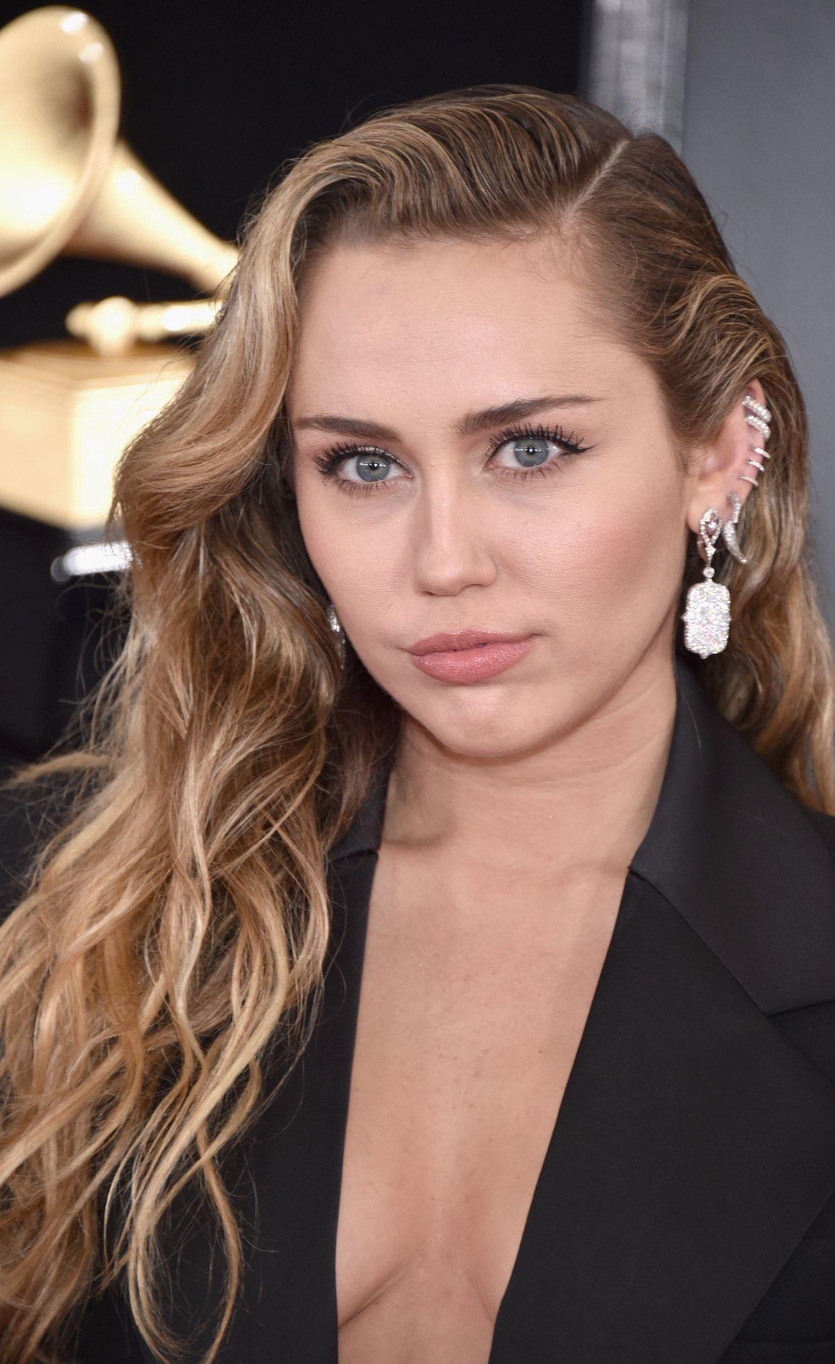 Güzel şarkıcı Miley Cyrus derin göğüs dekolteli sexy siyah kıyafeti ile katıldığı ödül töreninde dikkatleri üzerine çekmeyi başarı, İşte o cesur pozlar.