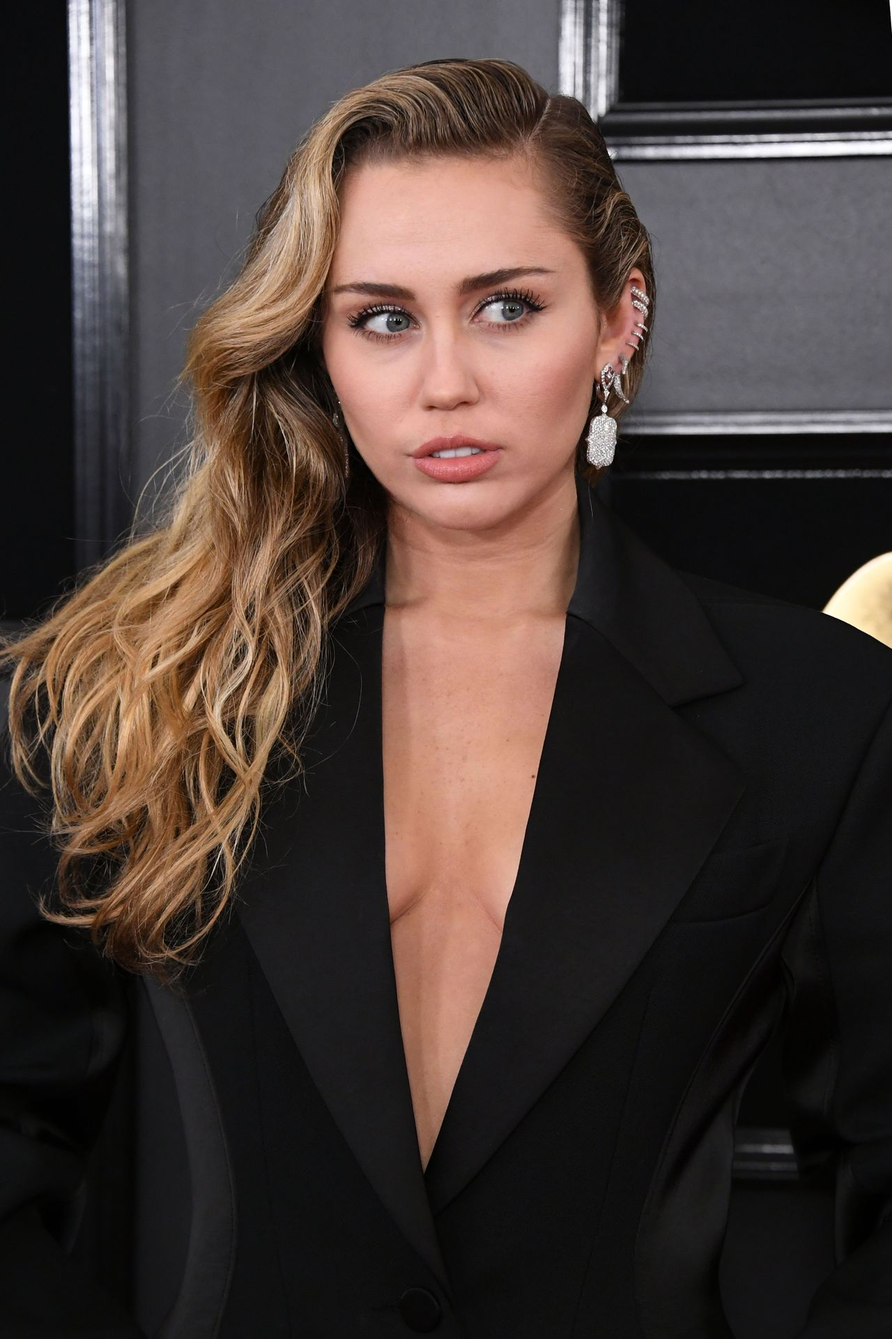 The Beautiful singer Miley Cyrus sexy has stamped the award ceremony with a black dress with a chest detachable. Pictures of famous women wearing the sexiest.