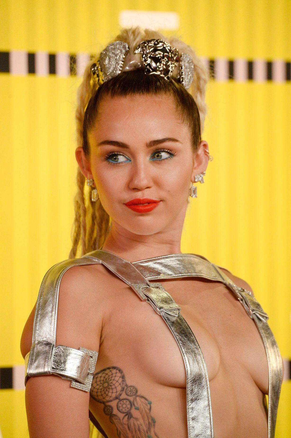 Güzel şarkıcı Miley Cyrus sütyensiz aşırı sexy giyimiyle yürekleri ağza getirtti. İşte o erotik pozlar. En seksi ünlü kadınların fotolarını görüntülemek için tıklayın.