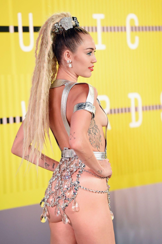 Miley Cyrus çıtayı iyice yükseltti artık çırılçıplak ödül törenlerine katılıyor. En seksi yabancı ünlü kadınlar. Sexy pozları yürek hoplatıyor. Cesur giyimi olay yarattı.