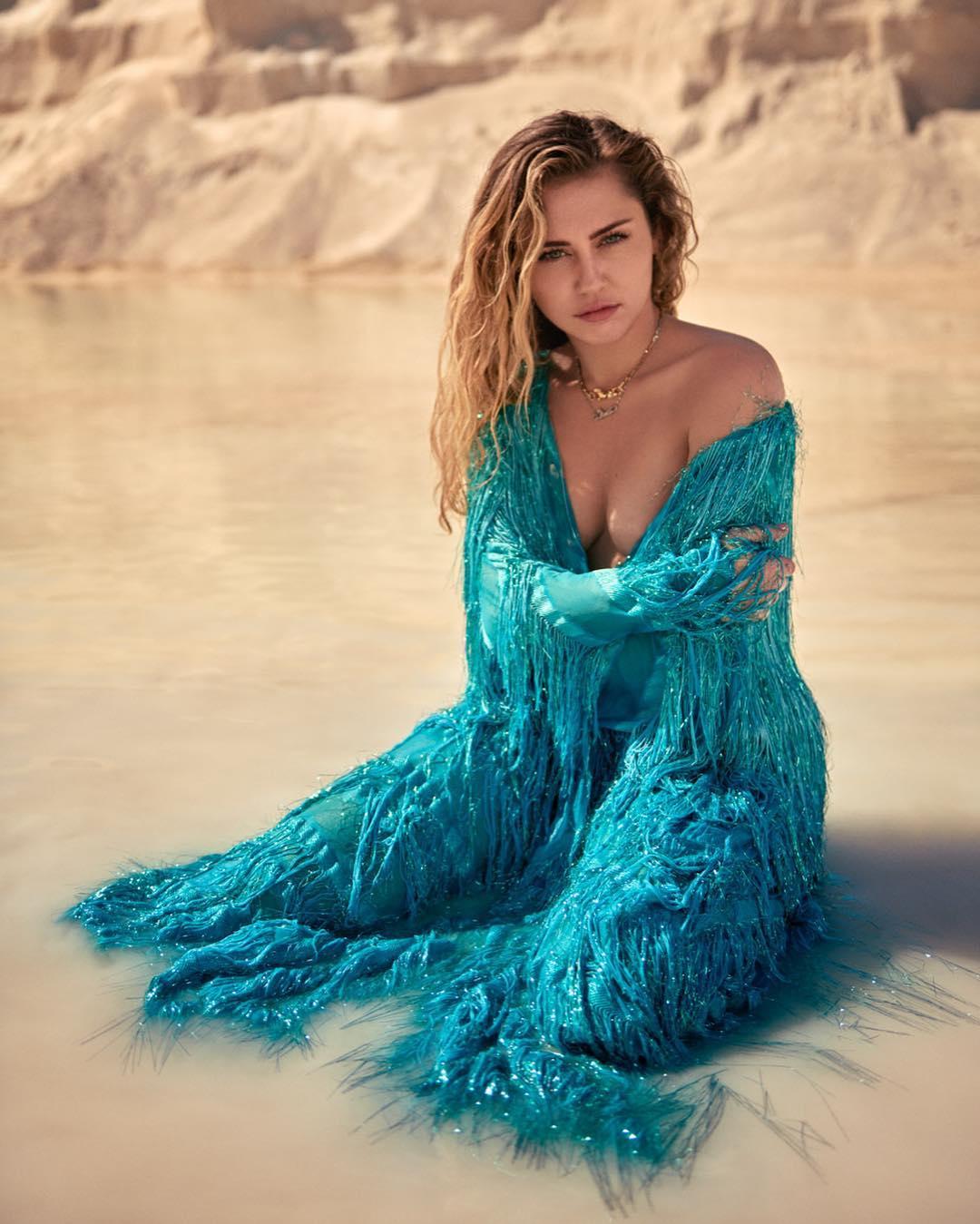 Güzel şarkıcı Miley Cyrus sexy derin göğüs dekolteli mavi elbisesi ile cesur ve erotik pozlar verdi. En güzel yabancı ünlü kadınların HD resimleri bu sitede tıklayın.