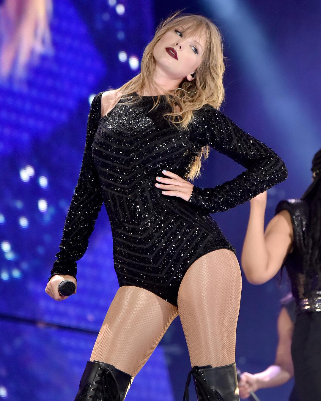 Güzel şarkıcı Taylor Swift konserinde giydiği sexy siyah kostümü ile çok cesur pozlar verdi. En seksi yabancı ünlü kadınların hd resimleri bu sitede tıklayın.