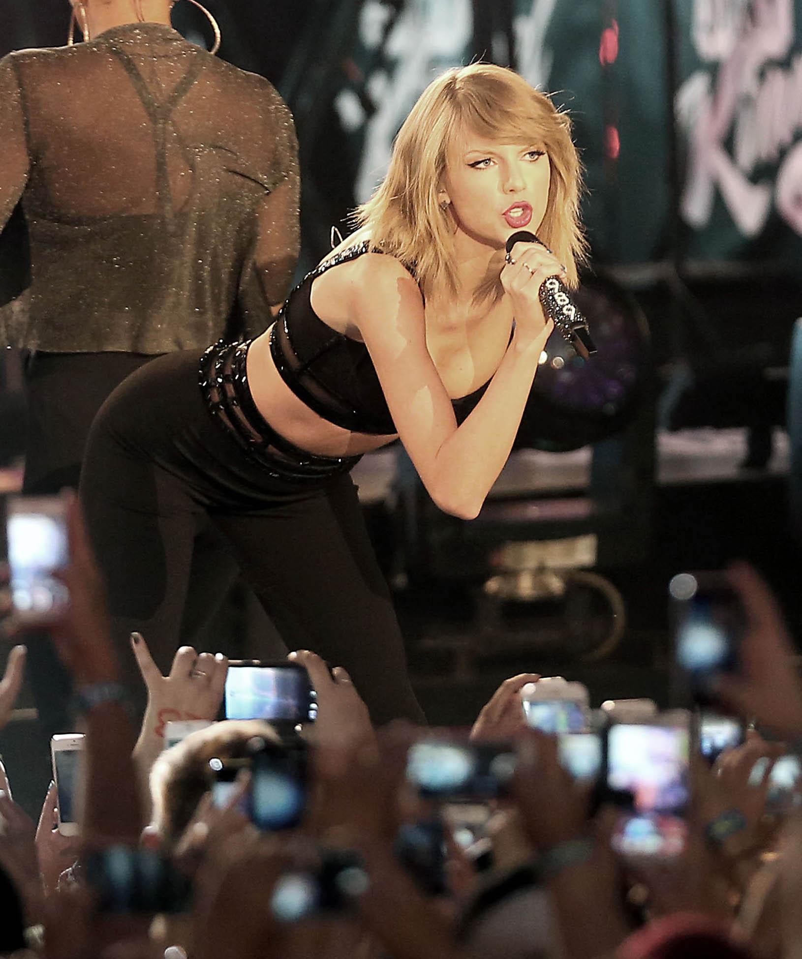 Güzel şarkıcı Taylor Swift sexy giyimi ile konserinde cesur ve erotik görüntüler verdi. En seksi yabancı ünlü kadınların HD fotoları bu sitede.