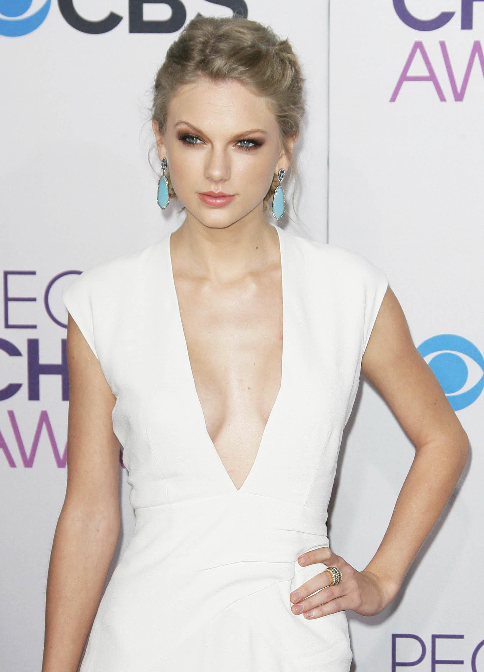 Güzel şarkıcı Taylor Swift derin göğüs dekolteli sexy beyaz elbisesi ile yürek hoplattı. En seksi yabancı ünlü kadınların HD resimleri bu sitede tıklayın.