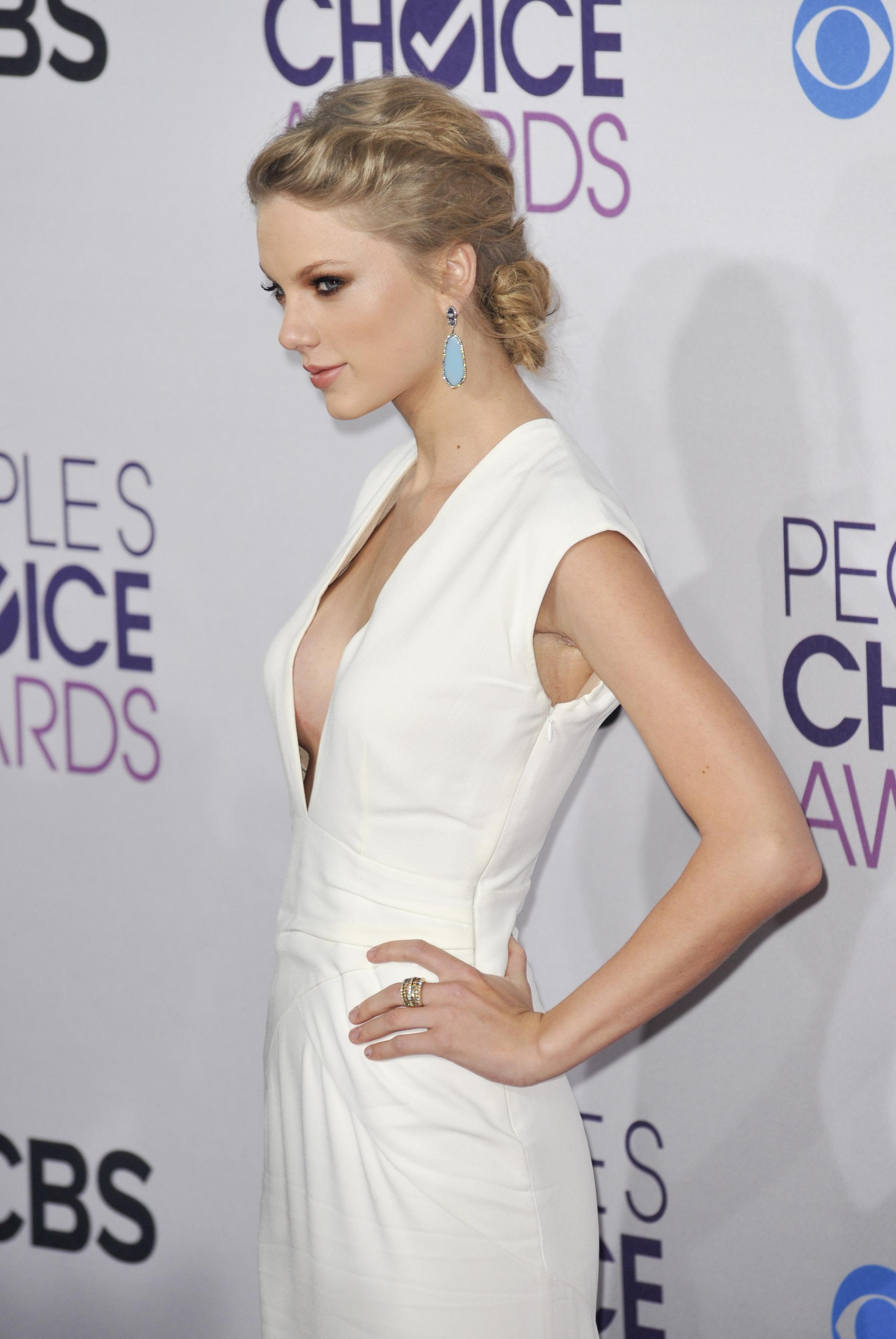 Güzel şarkıcı Taylor Swift seksi göğüs dekolteli elbisesi ile cesur pozlar verdi. En sexy yabancı ünlü kadınların erotik pozlarını görüntülemek için buraya tıklayın.